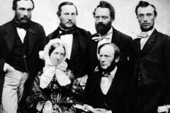 Семья Сименсов стоят слева направо: стоят - Карл, Вальтер, Вернер, Отто, сидят - Вильям и его жена Анна.