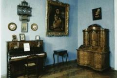 Гостинная дома Смирновых. Пианино, на котором играли П.Чайковский и А.Рубинштейн