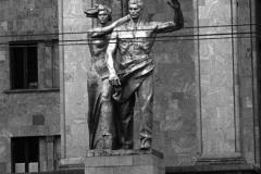 Скульптуры перед Домом Правительства