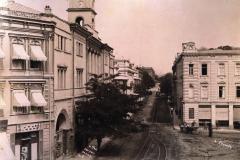 Дворцовая улица (начало проспекта Руставели) справа здание Штаба Кавказкой Армии