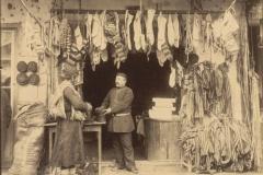 Продавец шерстяных носков и войлочных шапок и покупатель.Фото Дмитрия Ермакова
