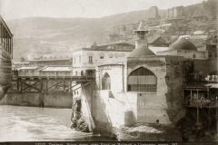 Метехский мост. Вид то Рике. Справа мечеть шаха Аббаса