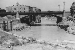 Метехский мост сразу после постройки. Набережные только расчищаются