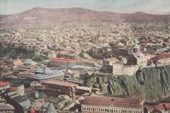 Вид на Метехскую крепость, за ней Авлабари