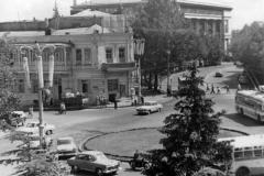 Справа - Грузинский филиал института марксизма-ленинизма при ЦК КПСС. Слева - здание, которое будет снесено при строительстве Почтамта.